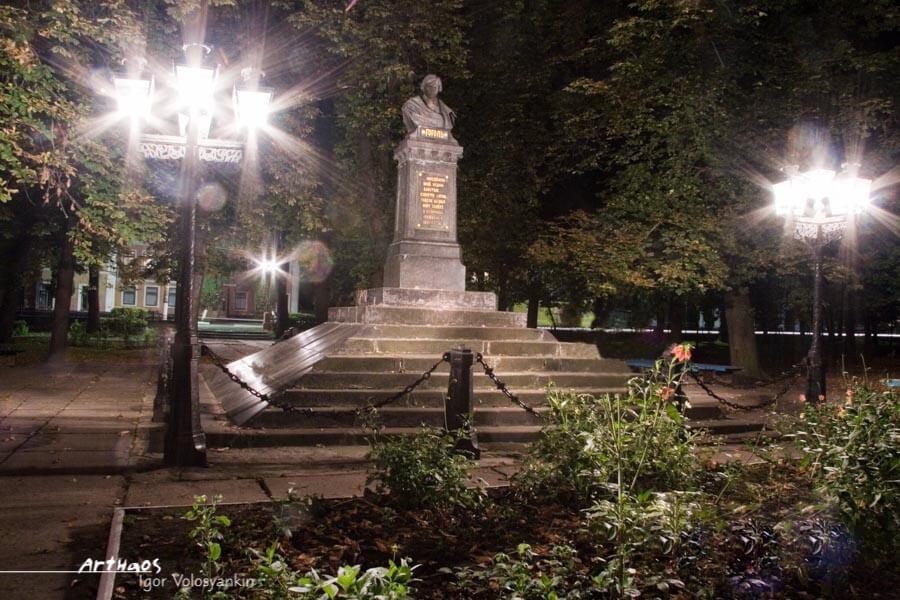 Загадковий Ніжин увечері. Пам`ятник Миколі Гоголю