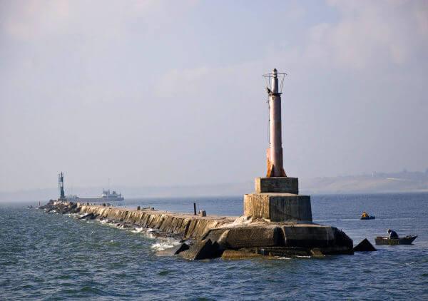 Хвилеріз перед Бердянським портом. Фото з iloveukraine.com.ua