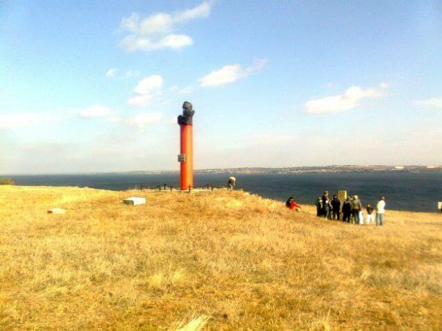 Панорама «Кам'янської Січі» і пам'ятник кошовому Костю Гордієнку. Фото з сайту pravda.ks.ua