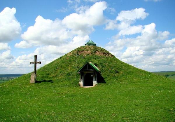 М. Грушевський вважав, що в Галичиній могилі міг бути похований засновник Галича. davniyhalych.com.ua