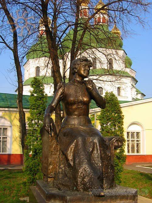 castles.com.ua Пам`ятник Марії Заньковецькій на фоні Миколаївського собору